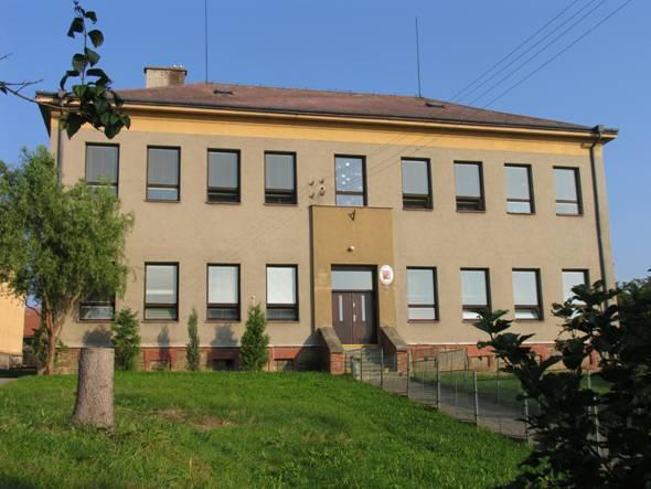 b4b456f80e0 Budova školy před rekonstrukci. Budova školy po rekonstrukci v roce 2010.